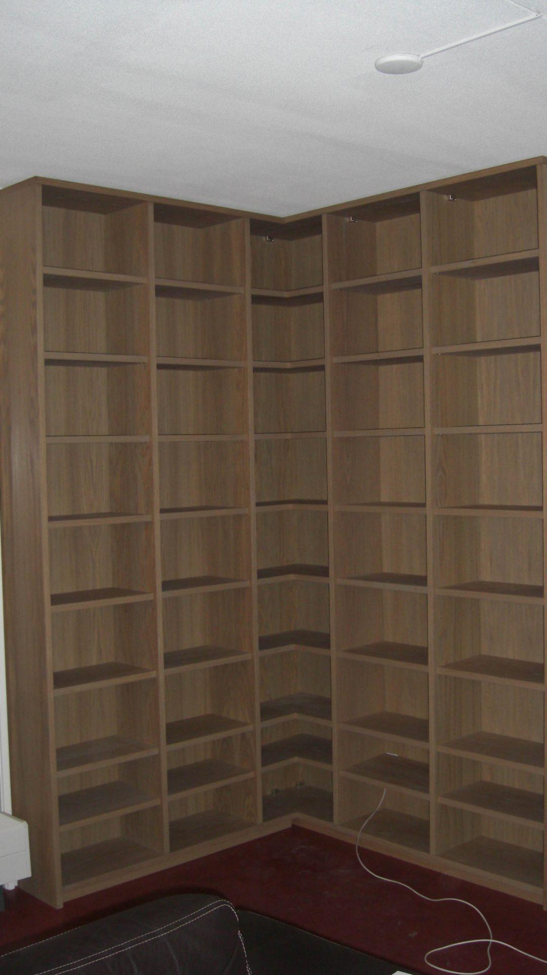 Boekenkast in hoek